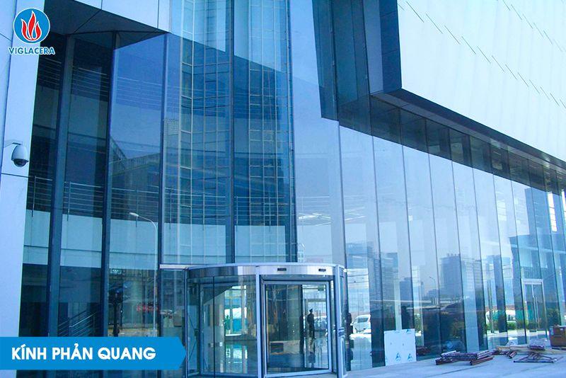 Kính phản quang là một trong các loại kính xây dựng được ứng dụng phổ biến