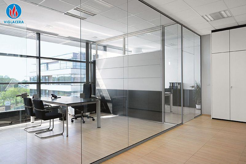 Mẫu văn phòng sử dụng chất liệu kính đẹp mãn nhãn
