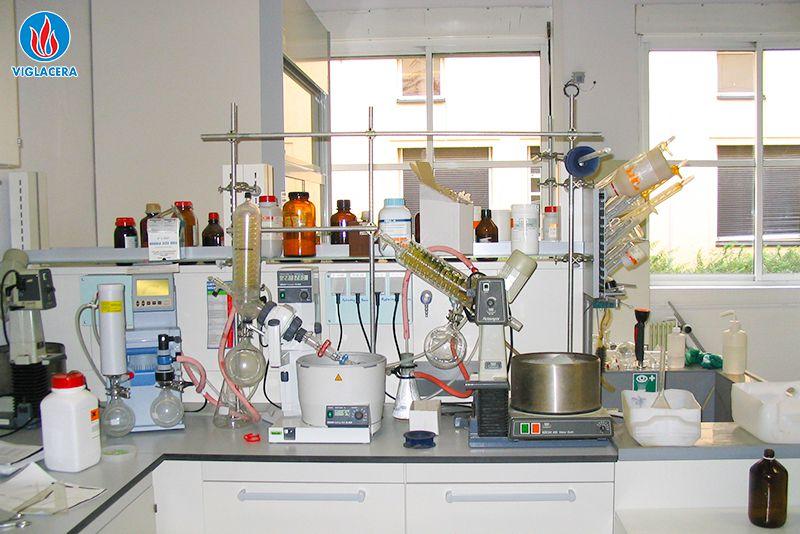 Ảnh 4: Sử dụng kính trong phòng thí nghiệm