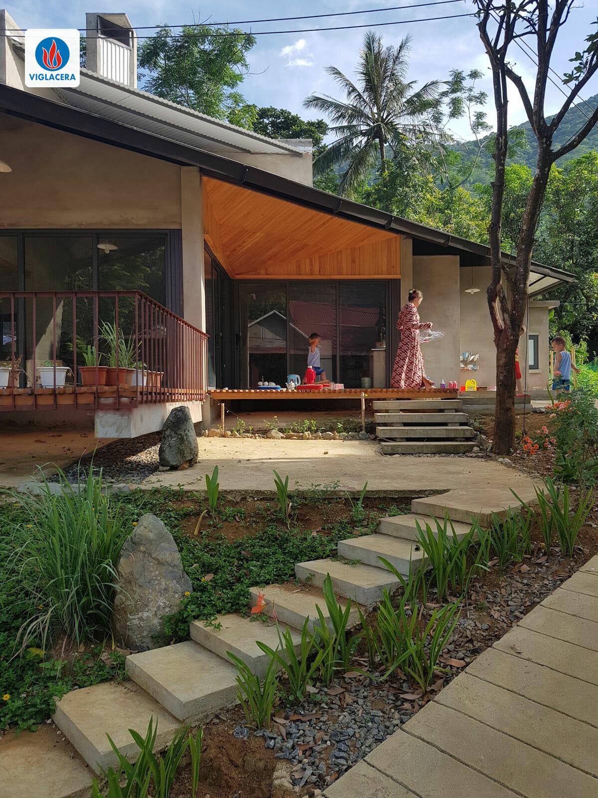 Ngôi nhà vẫn giữ được nét truyền thống, hòa hợp với môi trường xung quanh