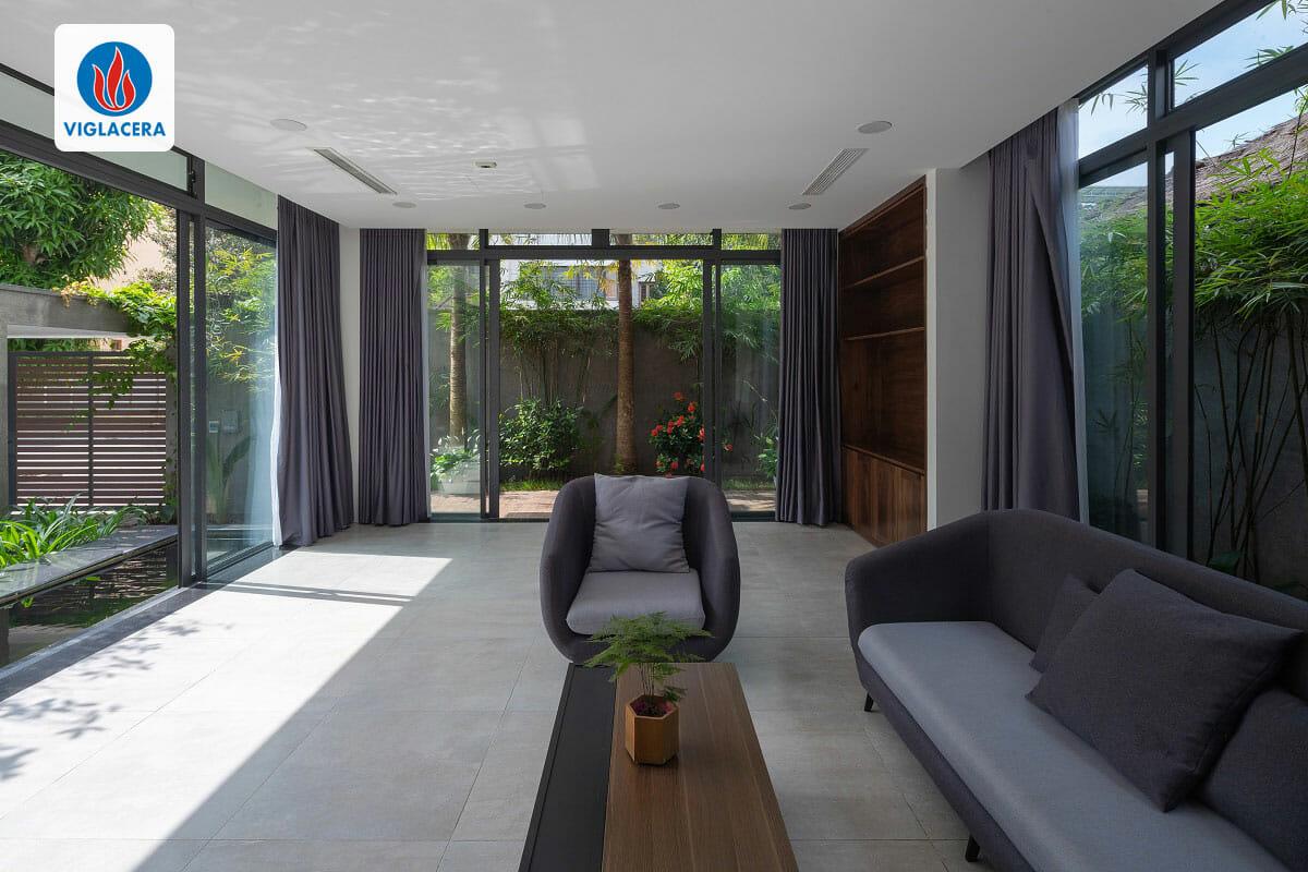 Phòng khách theo phong cách hiện đại, được bao quanh bởi thiên nhiên