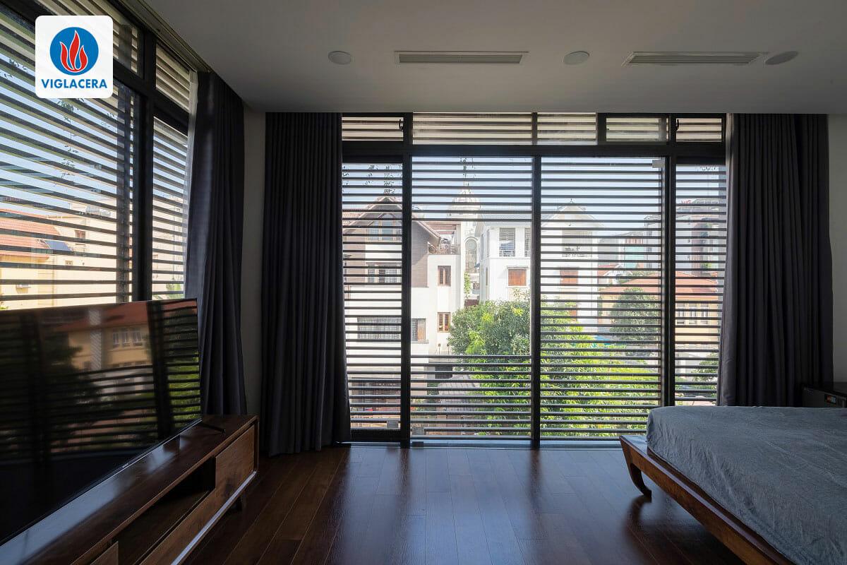 Phòng ngủ với các cửa sổ to, rộng, khép kín