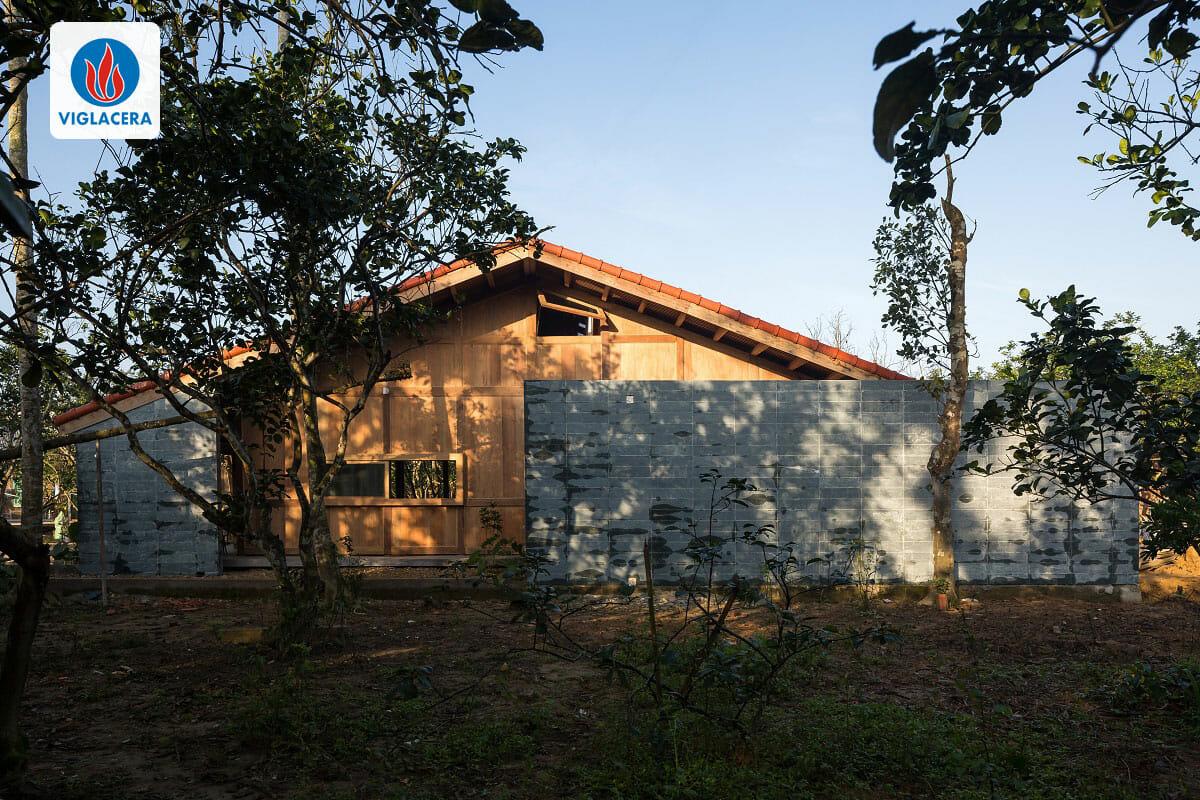 Ngôi nhà có diện tích 115m2 với tường đá bao quanh