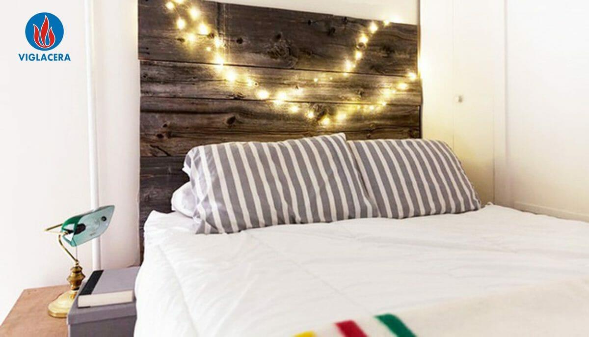 Sử dụng ván gỗ cũ làm đồ vật trang trí đầu giường
